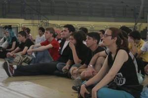 Publico atento para a palestra e dança