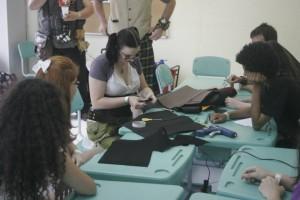 """Renata """"workshopando"""", ensinando o pessoal a fazer lindas cartolas e minihats"""